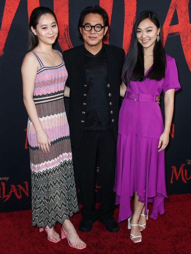 李連杰帶著兩個女兒出席「花木蘭」首映會。圖/達志影像