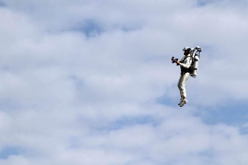 去年在美國洛杉磯頻頻傳出民航機乘客目睹飛機外有背包客在天際滑行的新聞,圖非當事人。法新社