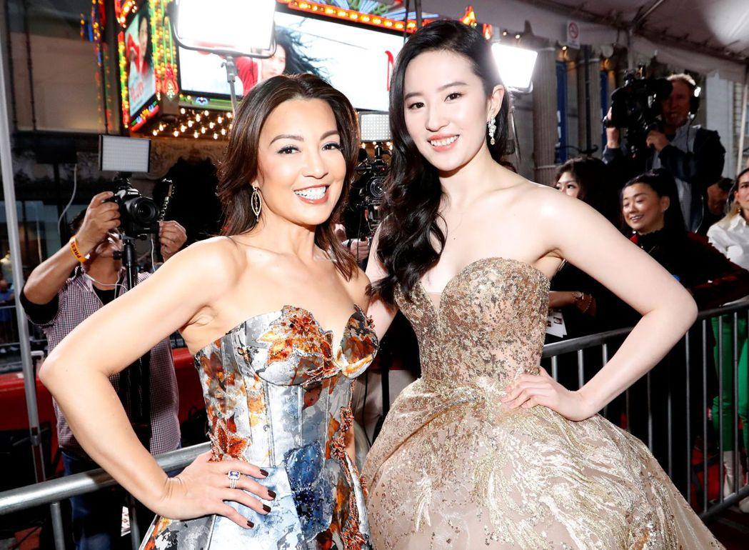 劉亦菲(右)與動畫版「花木蘭」的配音女主角溫明娜在洛杉磯首映會上合體。圖/路透資...