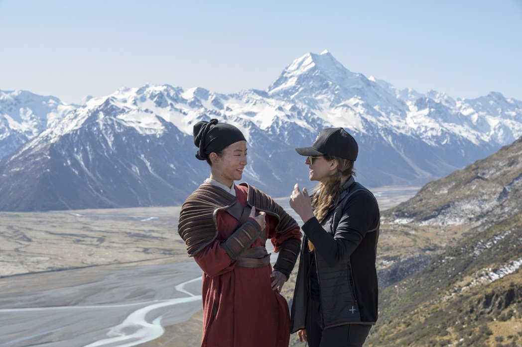 劉亦菲(左)與妮姬卡蘿一起合作「花木蘭」。圖/迪士尼提供