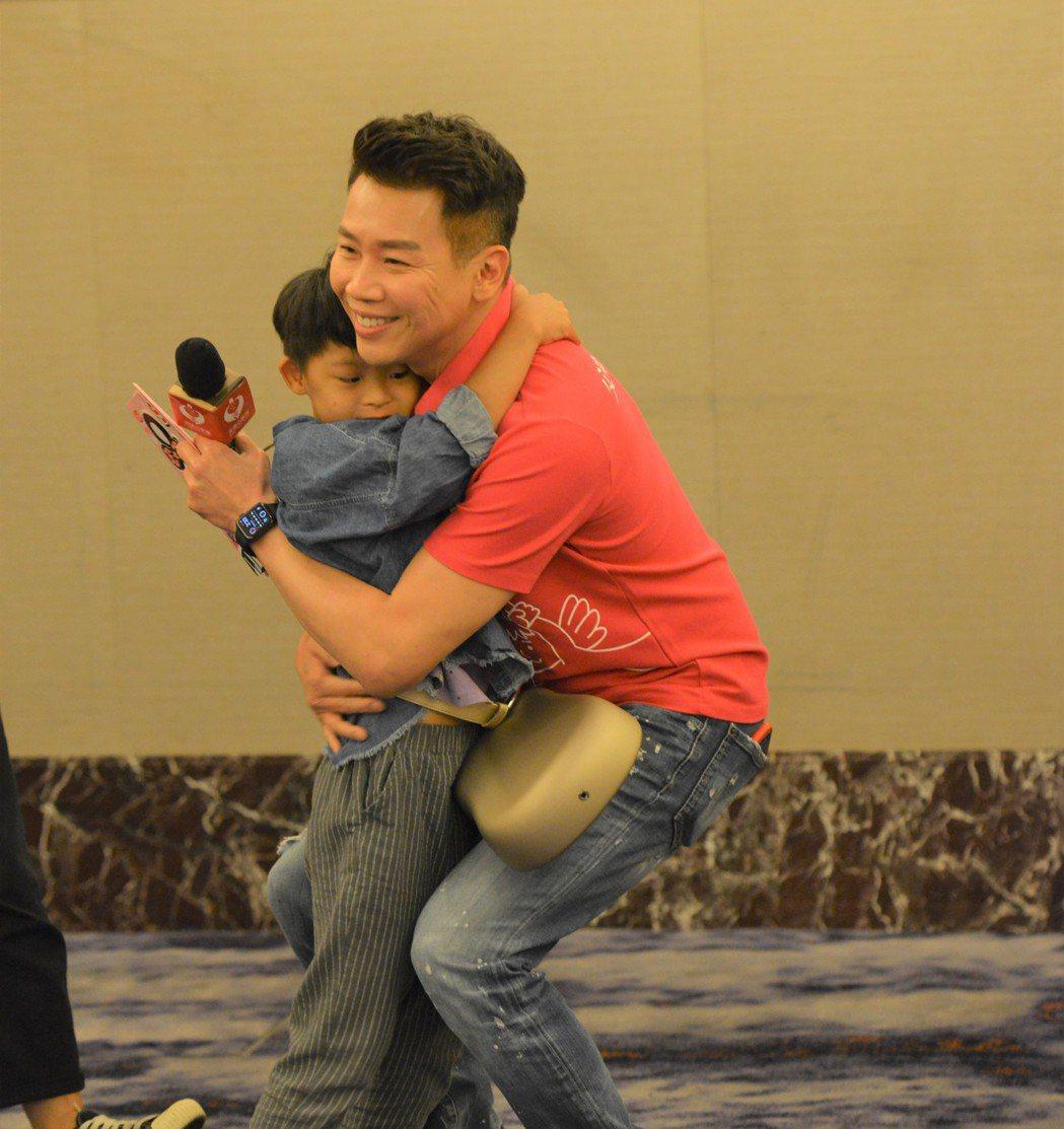 陶喆受邀擔任友好天使,今記者會與愛奇兒互動充滿愛。圖/天使心家族社會福利基金會提