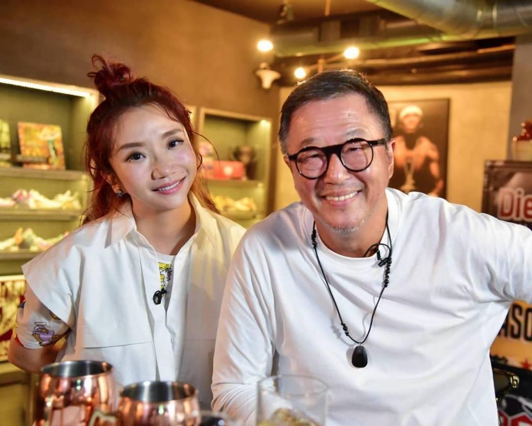 陶晶瑩(左)訪談後,意想不到原來王偉忠也有這麼柔軟脆弱的一面。圖/泰坦星文創提供