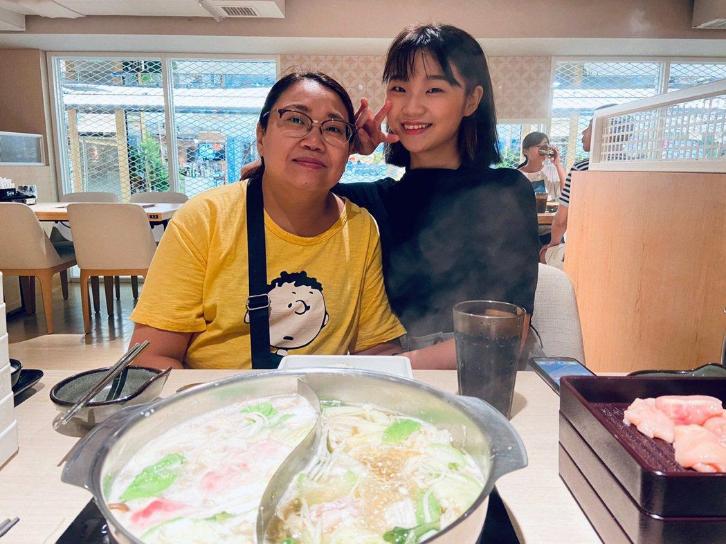 鄭心慈在新歌「無名花」MV特別放了自己與媽媽的合照,相當催淚。圖/星空飛騰提供