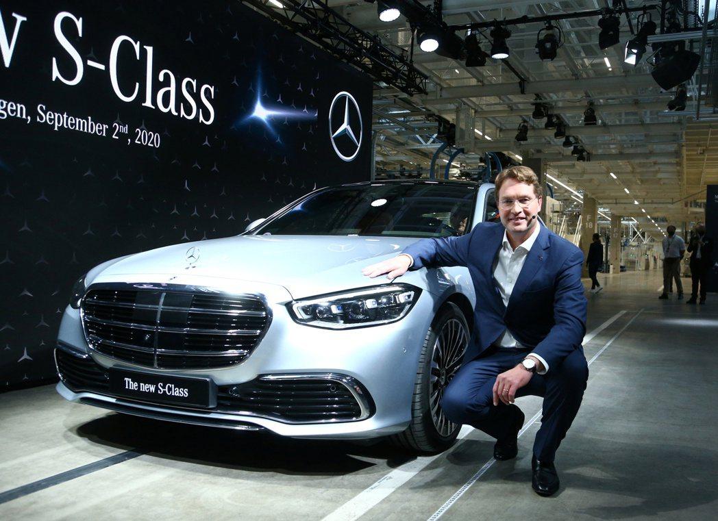 戴姆勒執行長卡倫紐斯2日發表新款S-Class。 路透