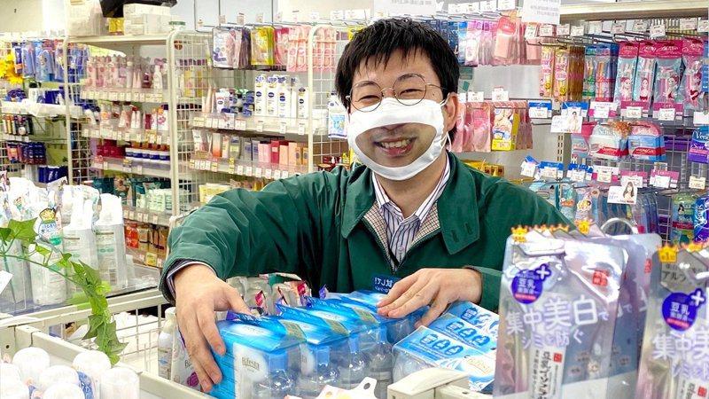 日本商店「多慶屋」近日舉辦「微笑活動」,為員工訂製印有燦爛笑容的布口罩,以便他們可以笑著招呼客人。圖擷自Twitter @takeya_co_jp