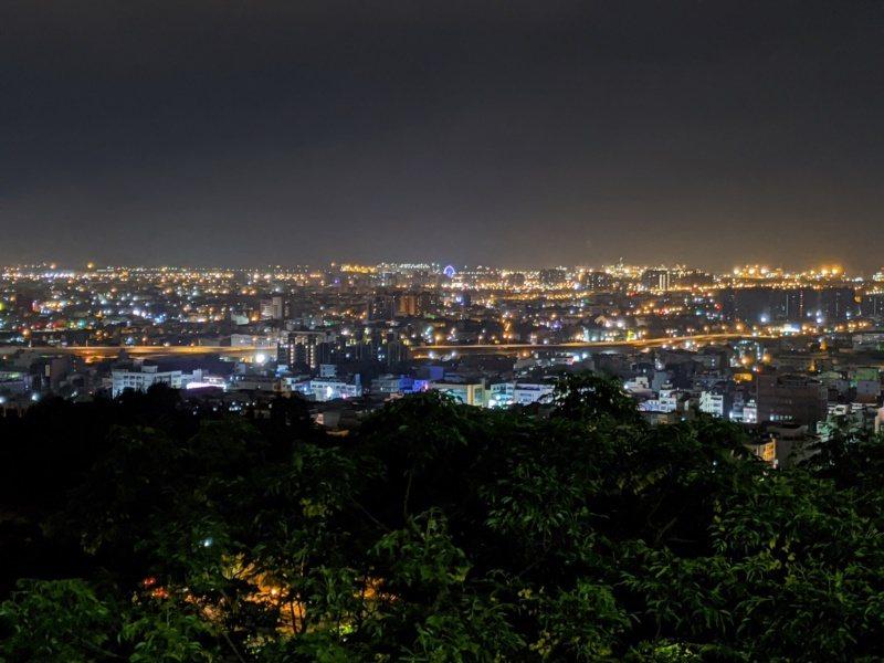 位在鰲峰山運動公園最高處為鰲峰山觀景平台,是台中看夜景的熱門地點之一。 圖/台中...