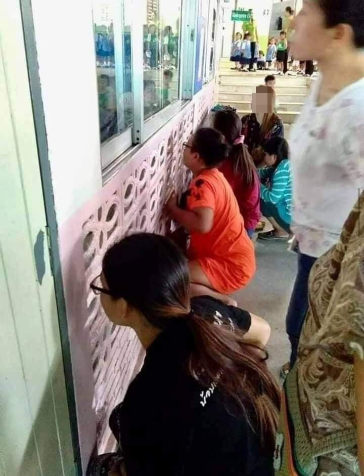 原PO貼出照片,只見許多家長蹲在教室外偷偷觀察小孩,像極了忍者。圖擷自爆笑2公社