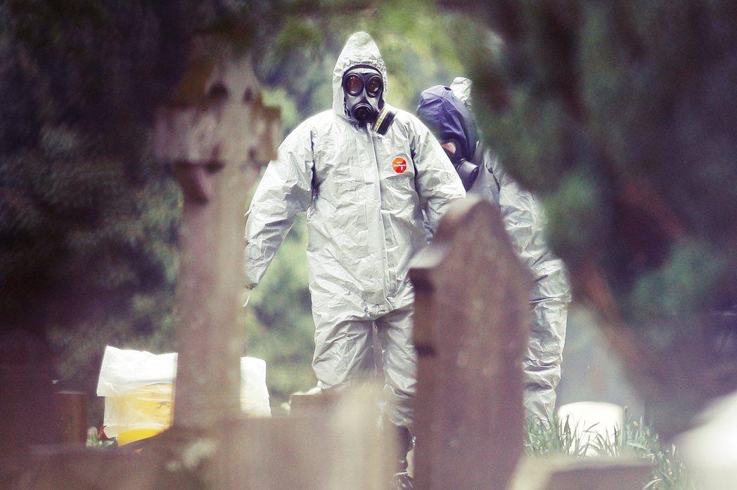 圖為2018年3月英國南部的「索爾茲伯里刺殺案」,有關人員身著防護衣進行毒物調查...