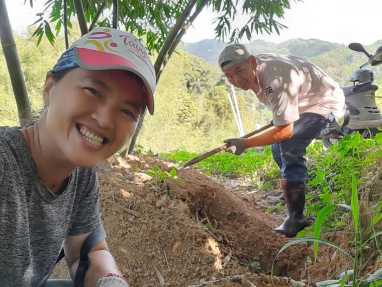 王姿怡與丈夫一同入竹林挖筍。 圖/王姿怡提供