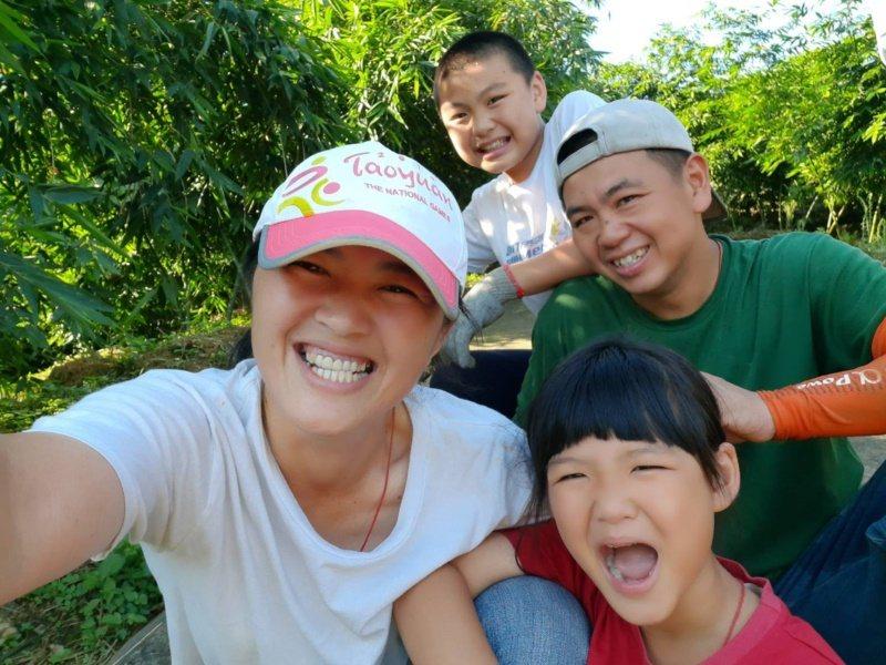 青農王姿怡(左)過去是職業軍人,為了婚姻毅然退伍,隨夫回家鄉復興區種植綠竹筍。 ...