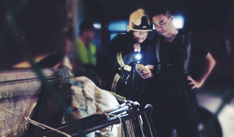 瓦斯漏氣異味現場,身著消防服的謝進安與同仁正使用儀器測數據。 圖/謝進安提供
