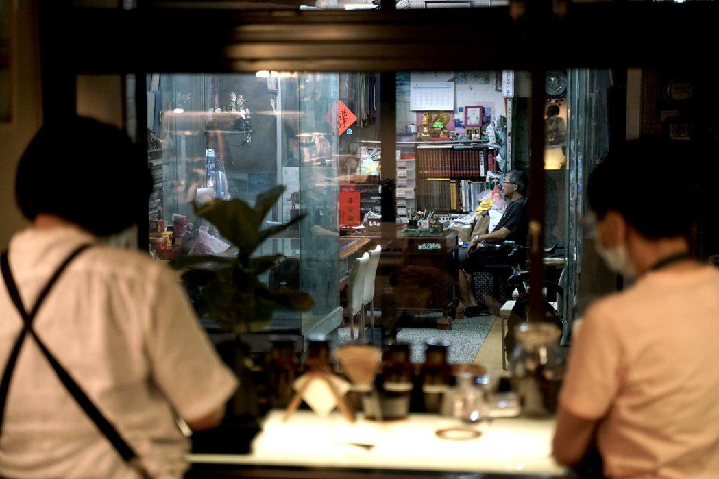 對面泰昌西服店的張大哥是日常的陪伴。他會主動向候位的客人導覽商場故事。 圖/銀座...