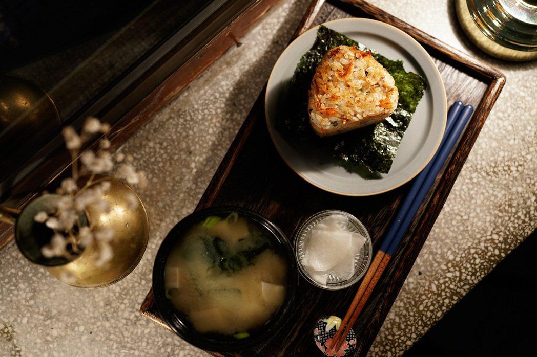 美味的櫻花蝦鴻禧菇烤飯糰套餐,會隨季節變換食材,漬物也都是自己做的。 圖/銀座聚...