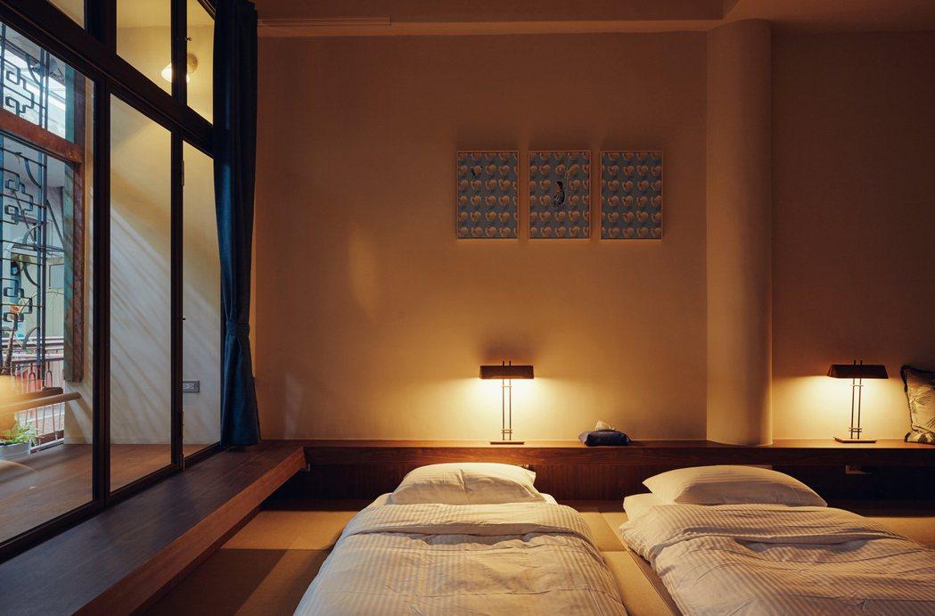 四樓住宿空間。室內運用各式不同的燈具老件創造氛圍。以幽微、令人能放鬆下來的燈光,...