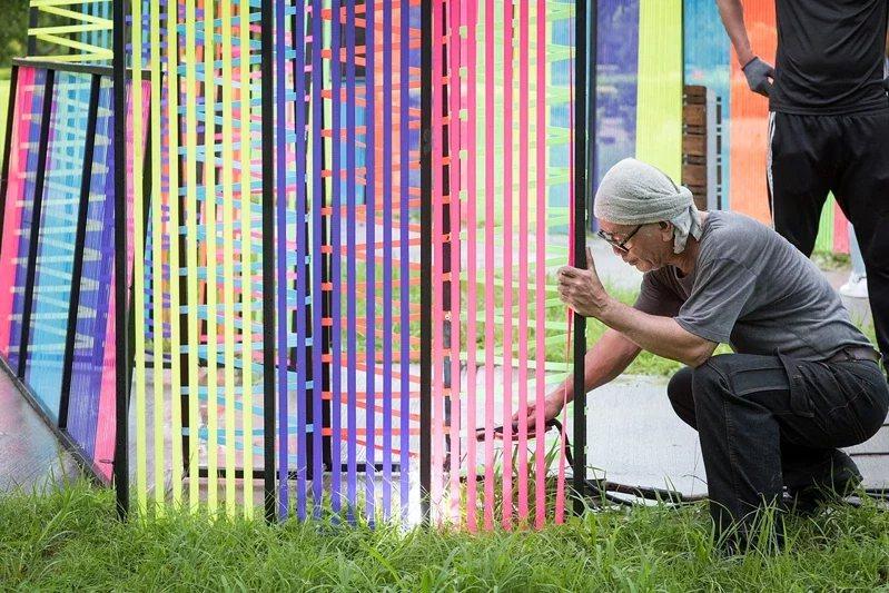 嘉義市光織影舞展10月開跑,工作人員已到場建置。 圖/市府提供