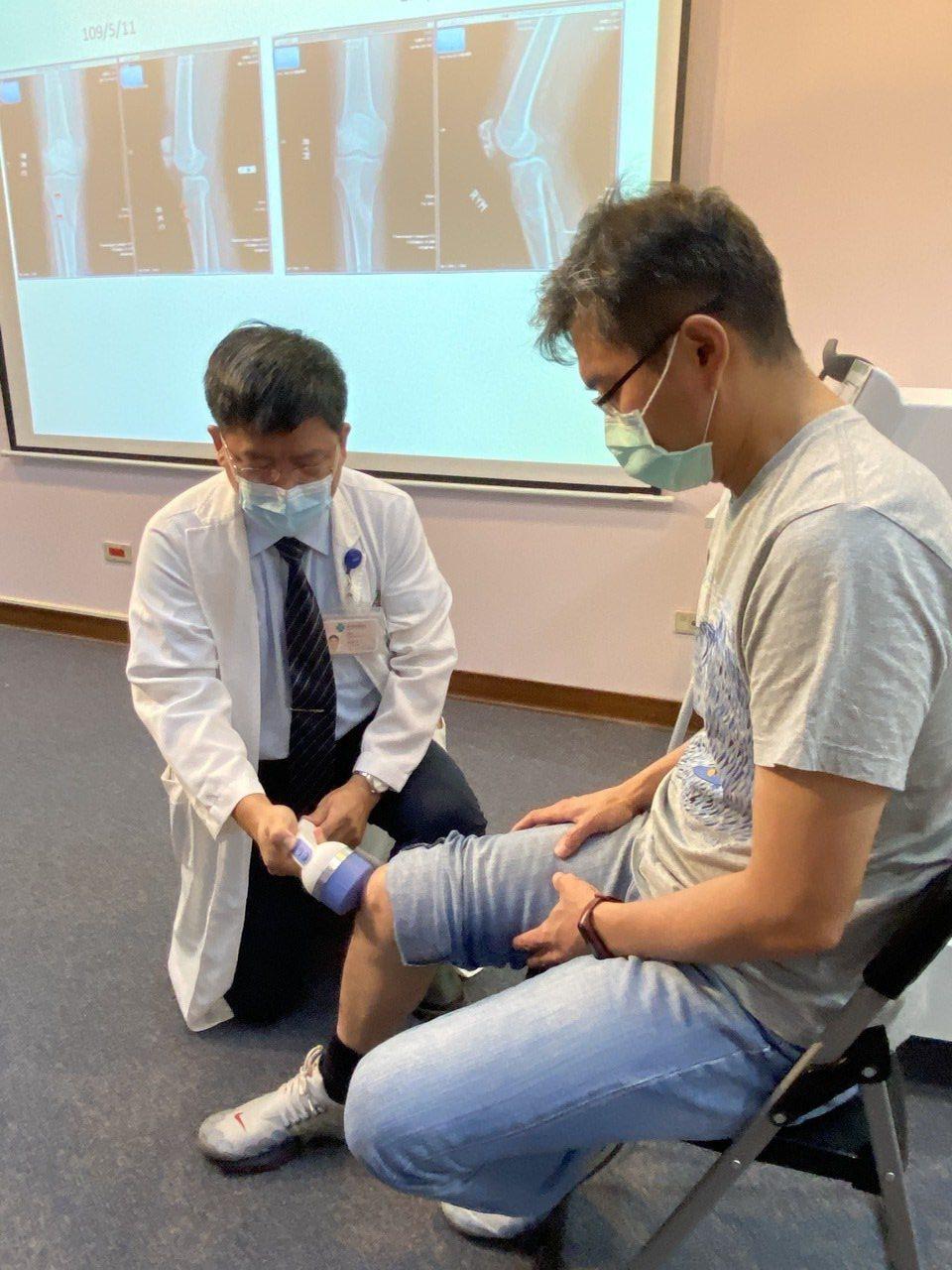 醫師林修平(左)說,研究顯示,體外震波治療對七成骨癒合不良患者具癒合效果。記者趙...