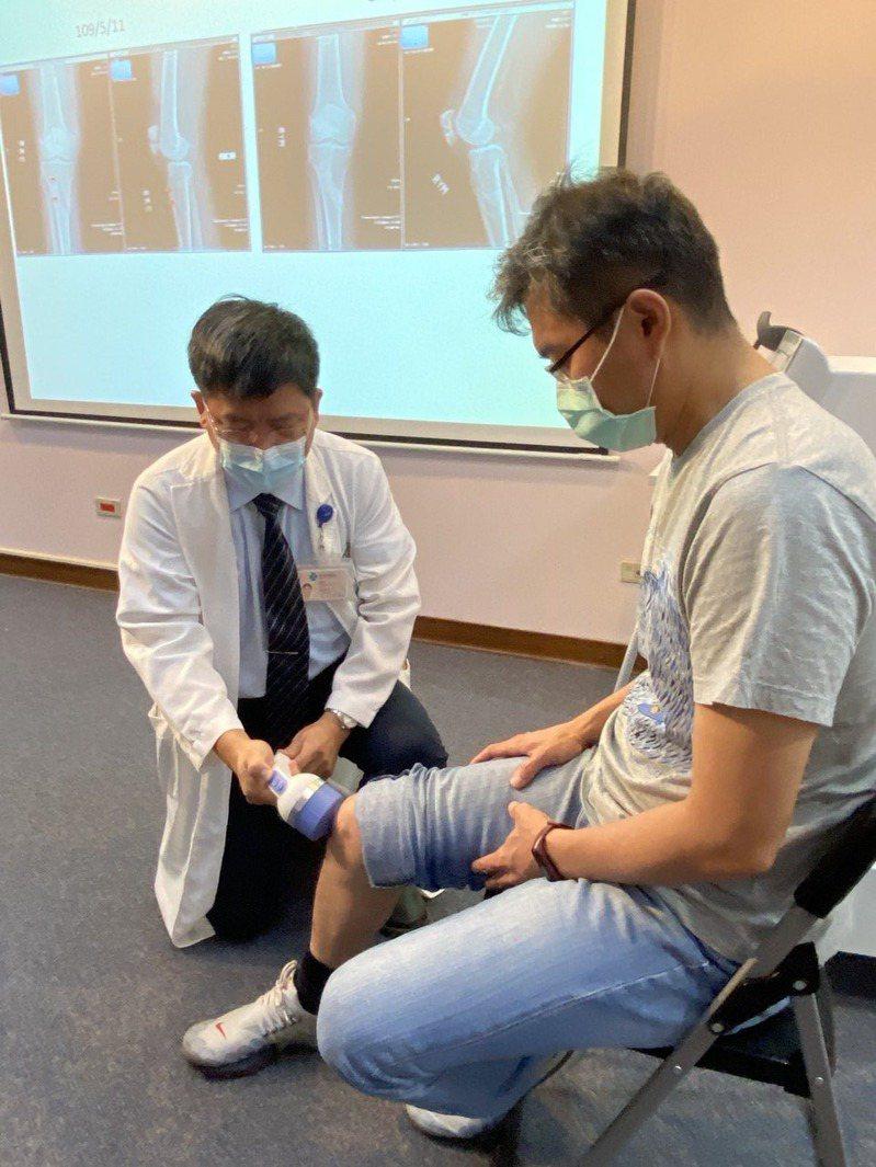 醫師林修平(左)說,研究顯示,體外震波治療對七成骨癒合不良患者具癒合效果。記者趙容萱/攝影