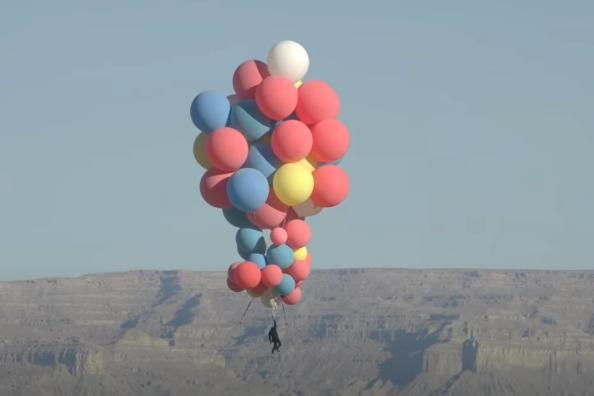 國際知名魔術師大衛布萊恩挑戰「手拉氣球」升空9000公尺高度,猶如將皮克斯動畫電影「天外奇蹟」給搬出現實生活。圖擷自YouTube David Blaine頻道