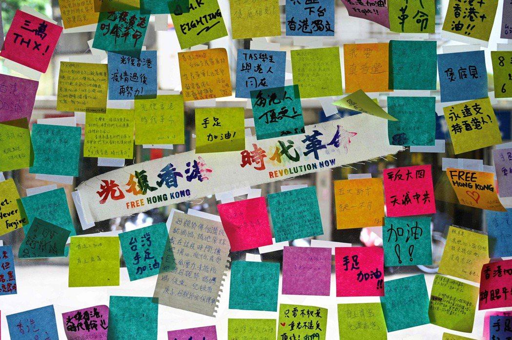 對於台灣人,香港已經成為悲情城市了。不過除了悲情,我更希望人們看到威權下香港人的不卑不亢,他們看似天真的勇敢和澎湃的民間創意,全是力量。 圖/法新社