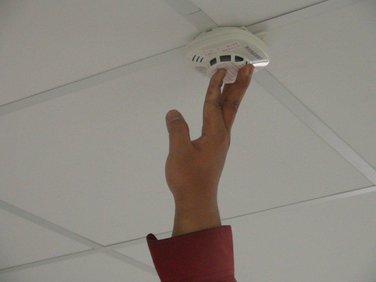 住宅用火災警報器可偵測濃煙或高溫,在火災初期發出警報聲。  圖/李奕昕 攝影