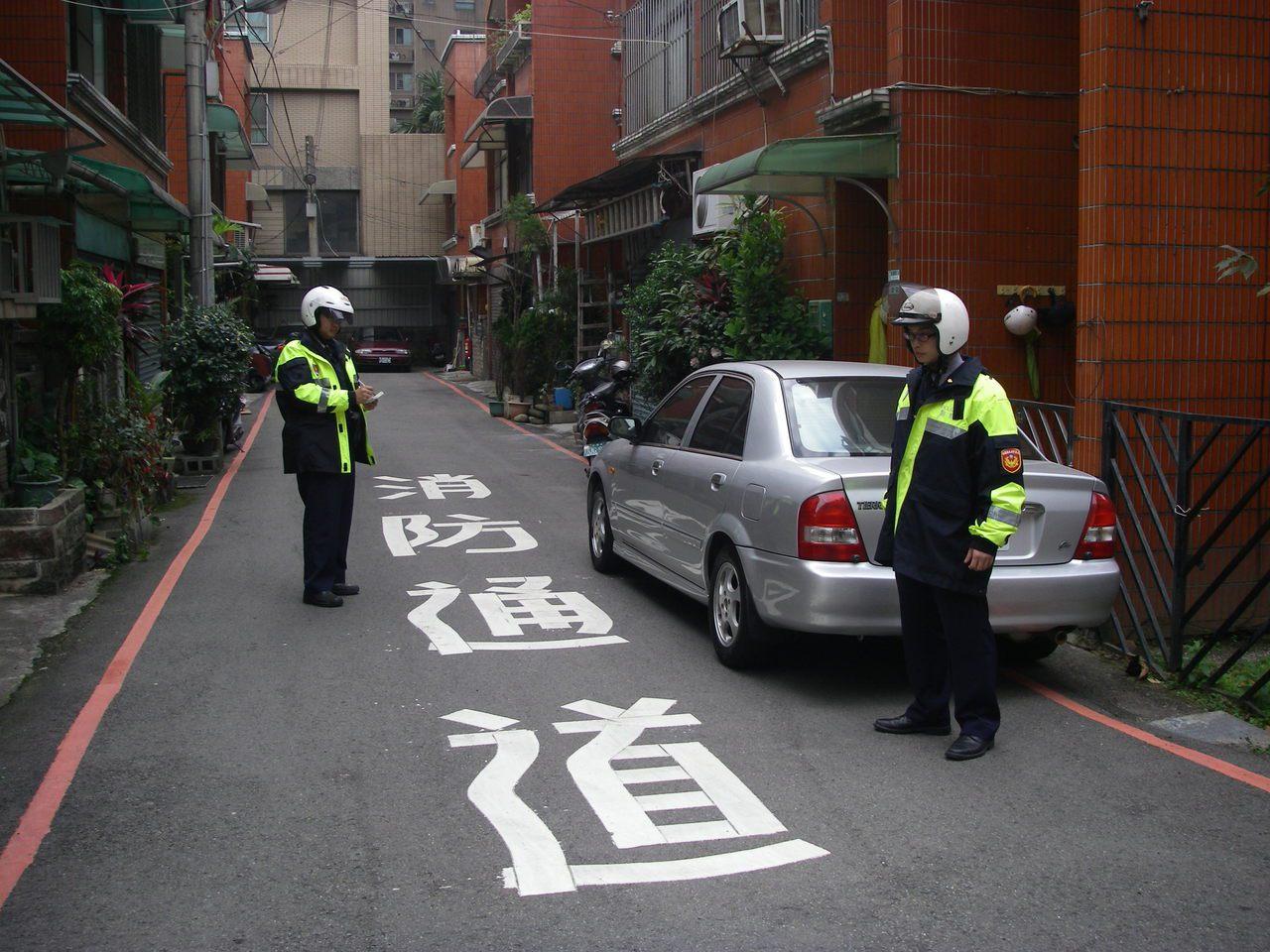 狹小巷弄違停已是長期的社會公共議題,當發生火災,不僅消防車無法進入執行任務,連救...