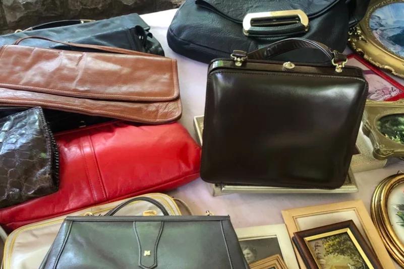 歐洲市集中常見的二手服飾及包包,透過消費也達到關心永續性的問題。 圖/許育華提供