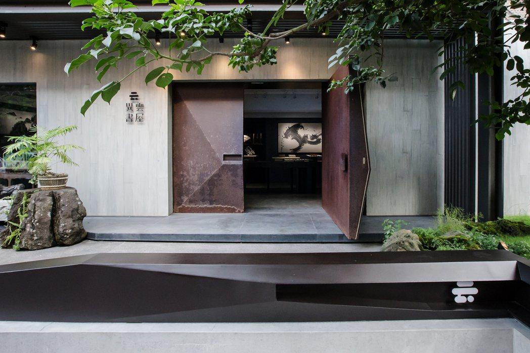 陳維駿為異雲書屋專門造了一扇帶有斑駁時間感的鐵門,劃開了書屋的內外空間,也劃開了...