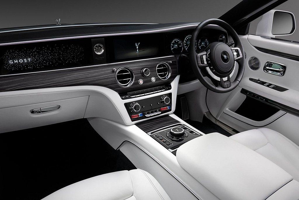 全新勞斯萊斯Ghost車內搭載兩個自我調整功能麥克風,用於即時監測音訊的過度銳化...
