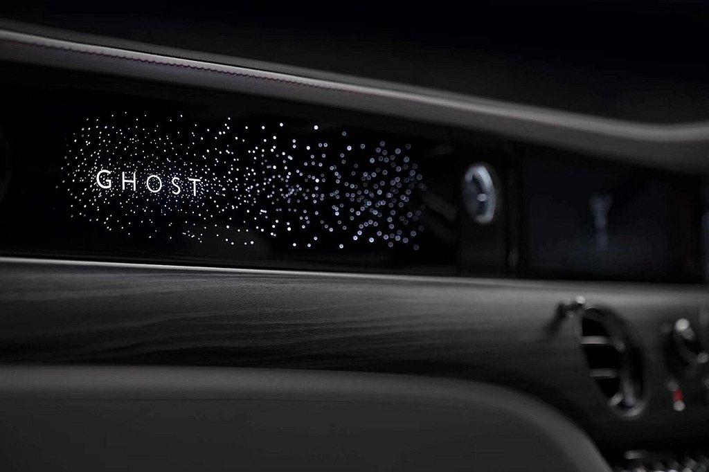 星光儀表飾板設計歷時兩年,耗時超過10,000小時。這件優雅耀目的星光儀表飾板四...
