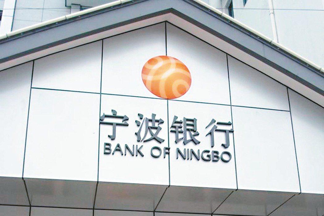 36家上市銀行中有18家銀行上半年淨利比去年同期出現衰退,其中交行、中行、工行、...
