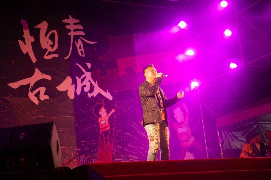 王中平現場動人詮釋「恆春,世界上出名」一曲。恆春鎮公所/提供