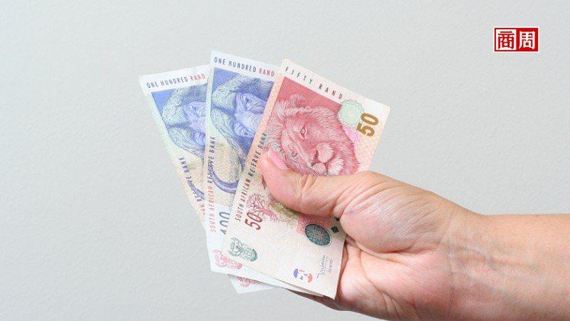 近10年,南非幣兌美元已累計約6成跌幅,投資人在選擇相關商品時,已無法忽視匯差所...