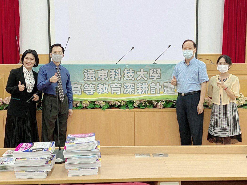 關爾佳老師(左起)、林乾義老師、遠東科大王元仁校長對於活潑英文課程的教學,表示讚...