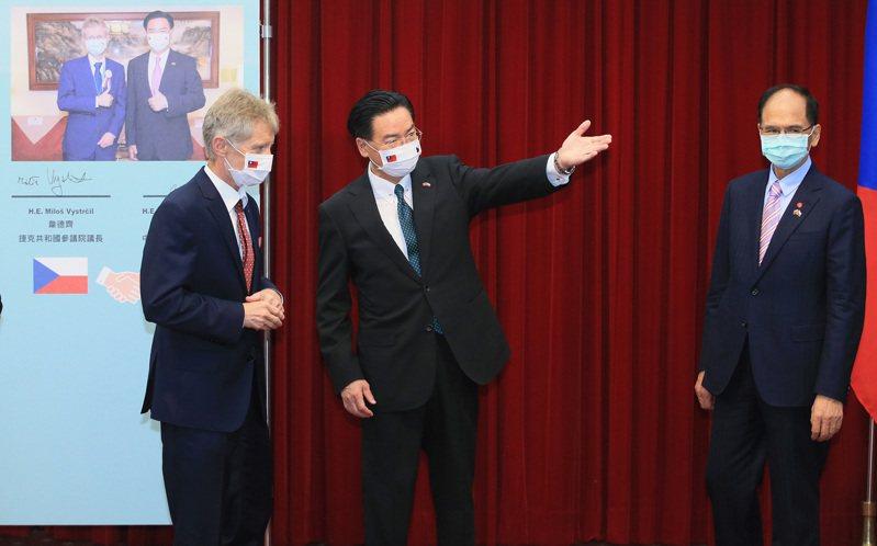 捷克參議院議長韋德齊(左)與外交部長吳釗燮(右二)中午與外交部長吳釗燮一起舉行記者會。記者潘俊宏/攝影