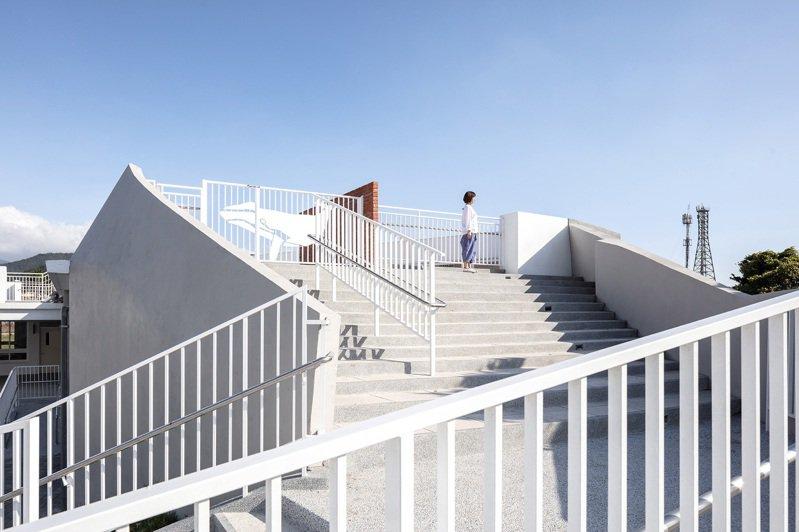 位於屏東枋山的鯨魚小學校,希望讓孩子進入國小,就像站上鯨魚的背部,可以看見山與海。圖/丁尺建築師事務所提供