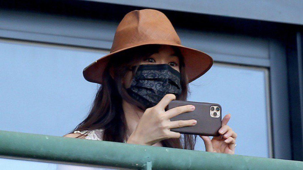 志玲姐姐日前低調現身球場,臉上戴著是黑色蕾絲口罩。 圖/本報資料照片