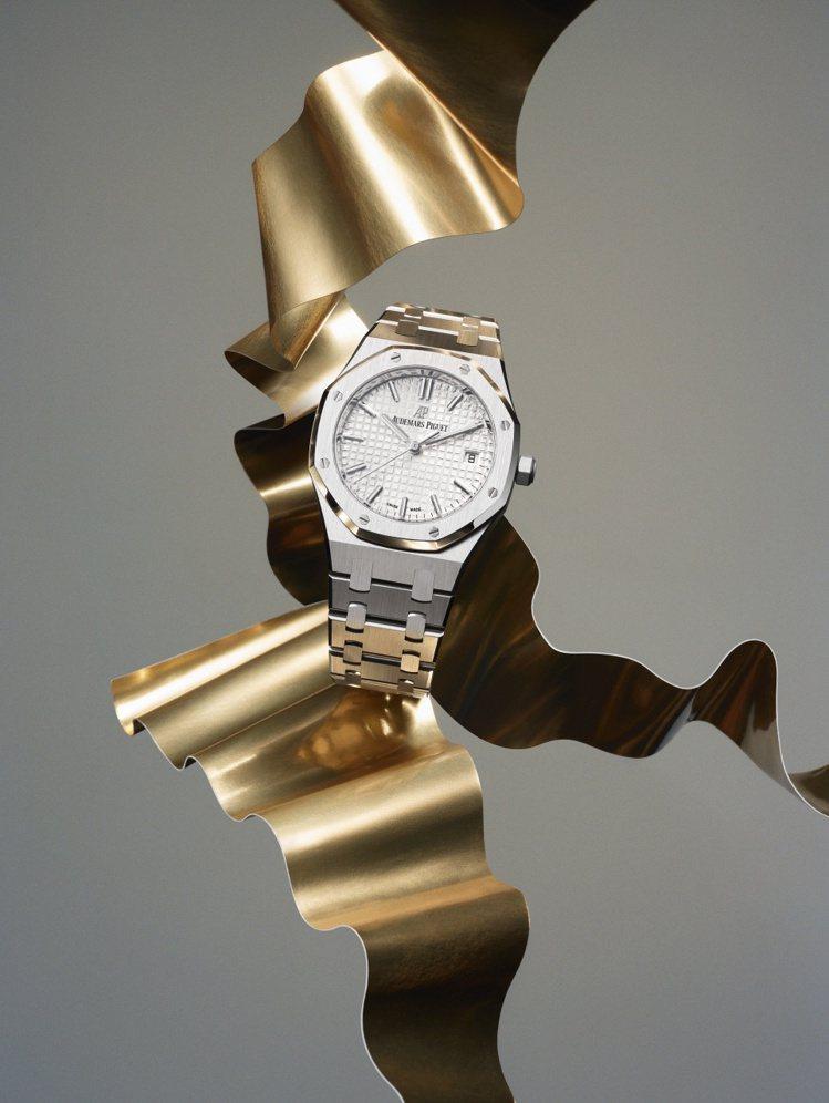透過全新視覺,愛彼帶來有別傳統鐘表品牌、充滿時尚感的形象視覺,令人耳目一新。圖 ...