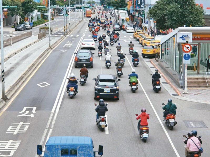 交通部公路總局與台灣票據交換所合作,即日起新增「行動支付」管道,民眾只要透過手機APP輸入相關資料,就可以完成繳費。圖/聯合報系資料照片