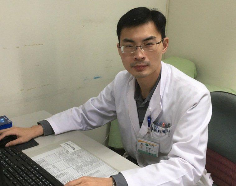 肝膽腸胃科醫師賴馨吾以肝臟穿刺切片,確認病患大腸癌轉移到肝臟。圖/南投醫院提供