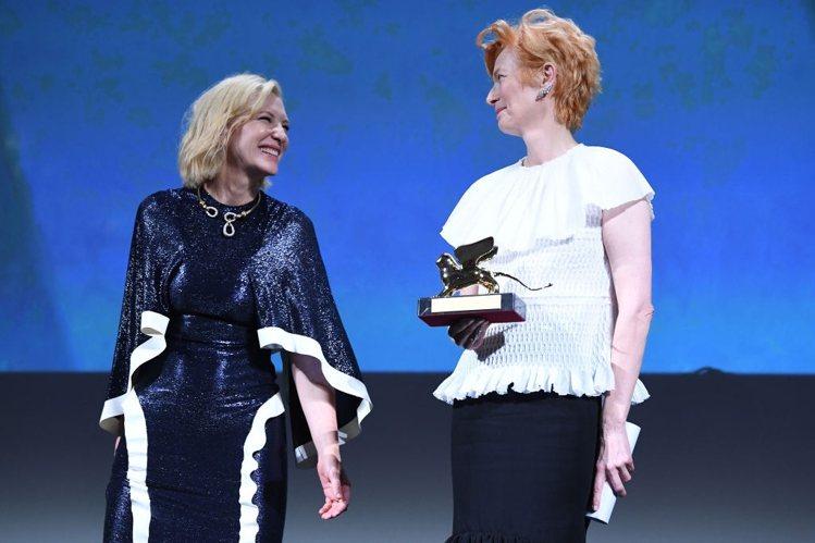 凱特布蘭琪詮釋ESTEBAN CORTAZAR禮服,右為本屆終身成就金獅獎得主蒂...