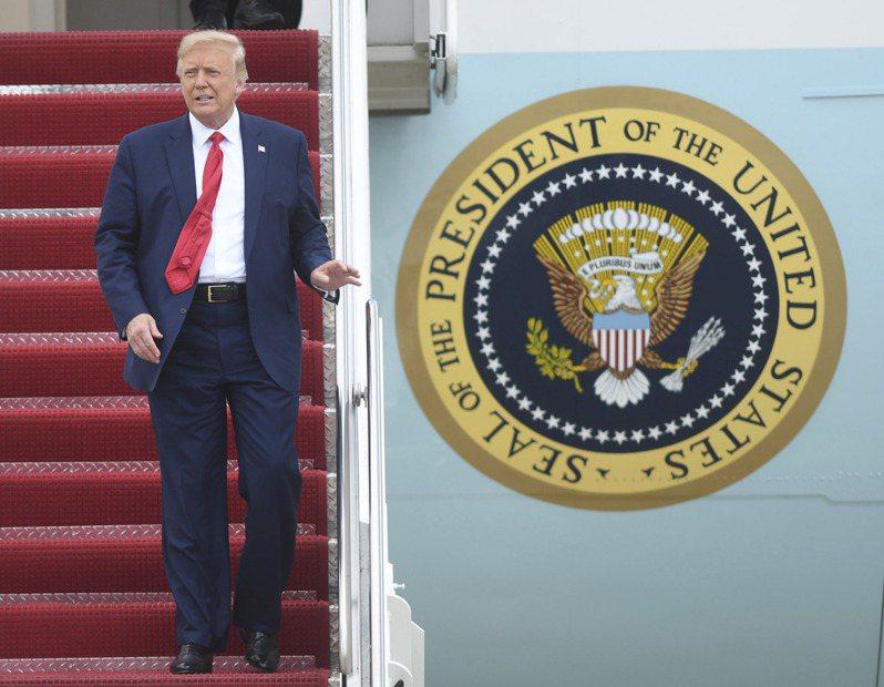 美國總統川普2日搭乘空軍一號總統專機抵達北卡羅萊納州的Wilmington,出席紀念第二次世界大戰活動。(美聯社)