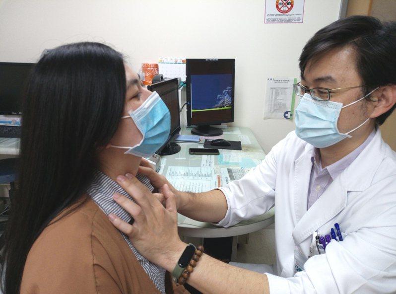 劉信誠醫師提醒民眾,頸部如有腫脹或異物感,應盡早到醫院檢查,由外科醫師確認是否為甲狀腺結節。圖/大千綜合醫院提供