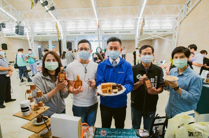 2020新竹生活節「城市之森」將於5、6日在新竹公園登場,市府今舉辦記者會,市長林智堅參觀展示攤位。圖/新竹市政府提供