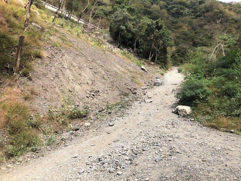 通往小錦屏野溪溫泉的道路目前僅以碎石鋪面,為改善行車安全將進行道路改善工程。圖/縣府提供