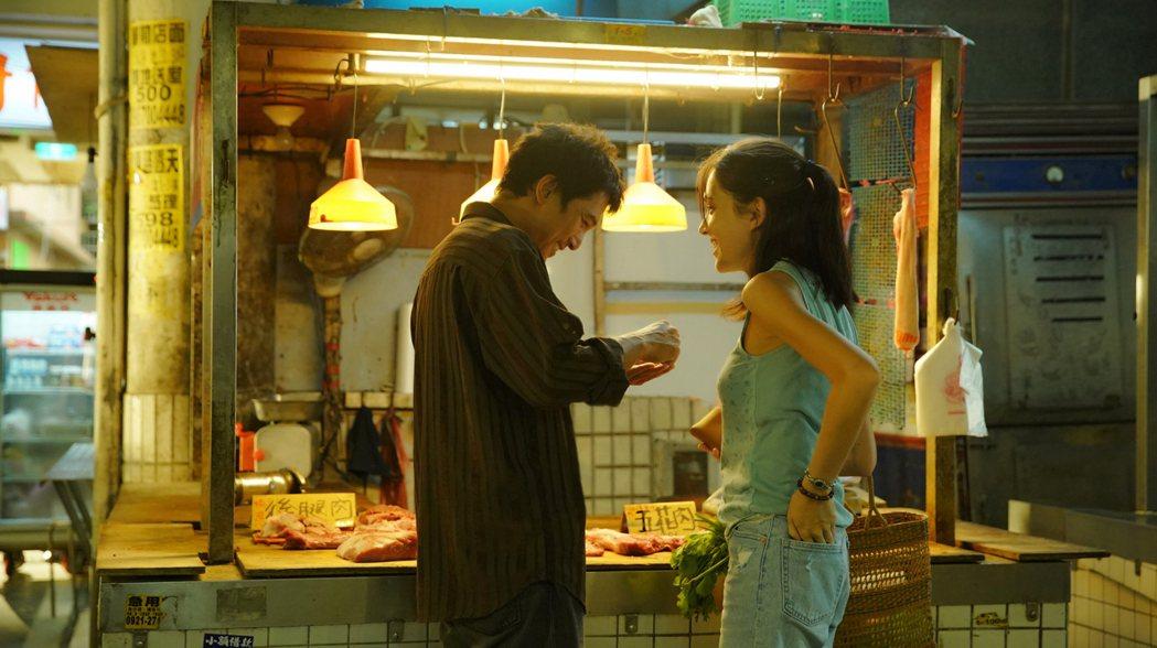 許瑋甯(右)和邱澤(左)黃昏市場浪漫買菜。圖/金盞花大影業提供