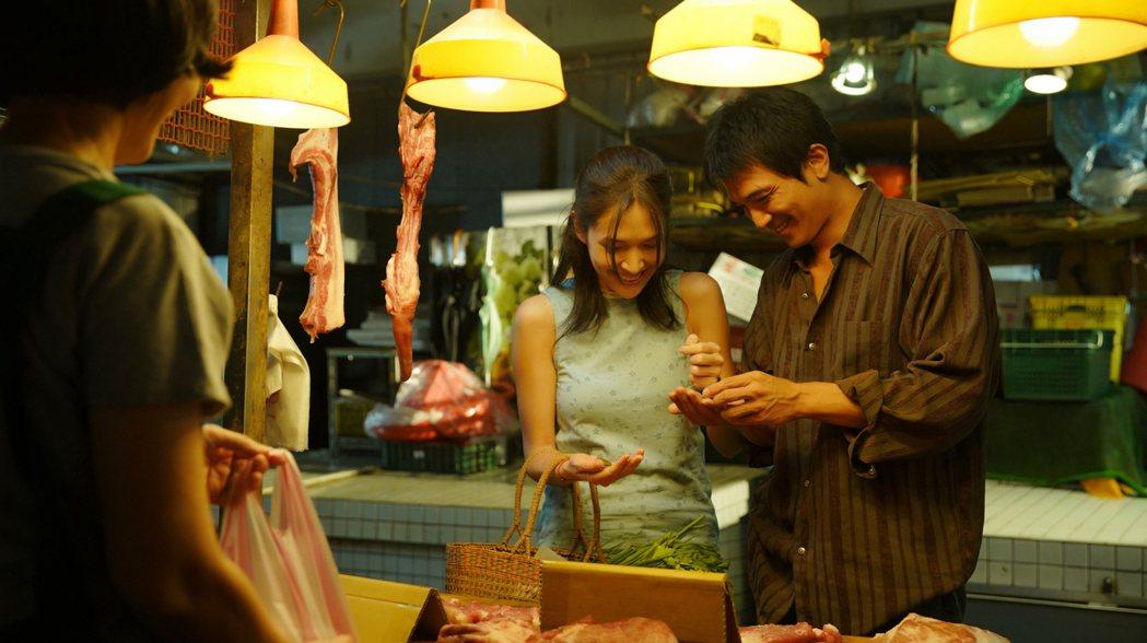 許瑋甯(左)和邱澤(右)黃昏市場浪漫買菜。圖/金盞花大影業提供