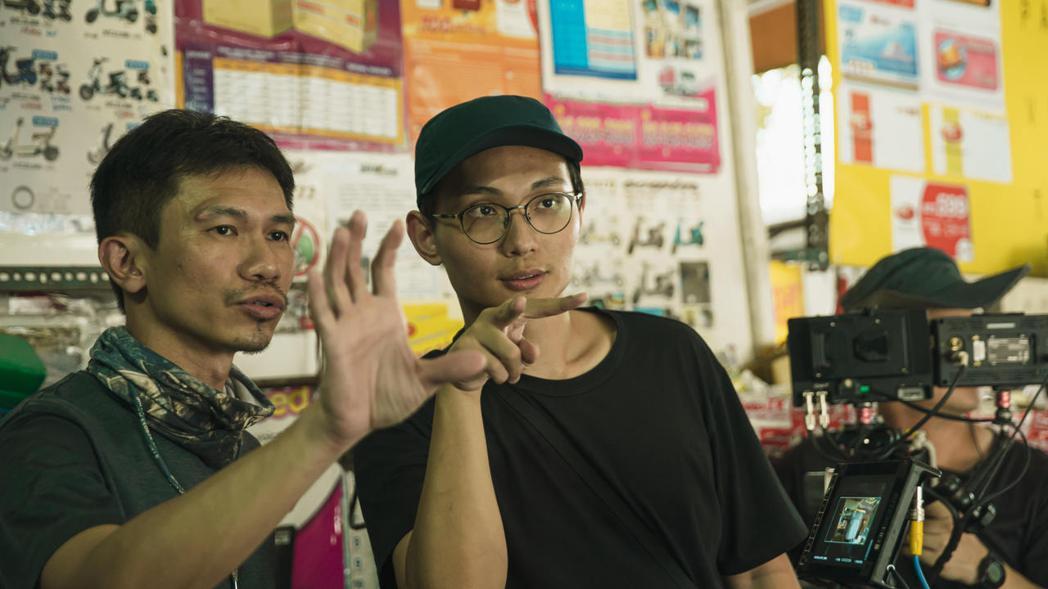 導演殷振豪(右)與攝影師陳麒文(左)工作照。圖/金盞花大影業提供