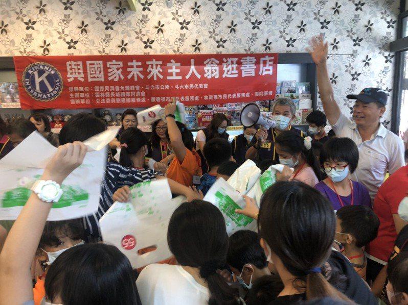 立委劉建國發起開學送文具,近兩百名學生把文具行擠得水洩不通,場面熱滾滾。圖/劉建國提供