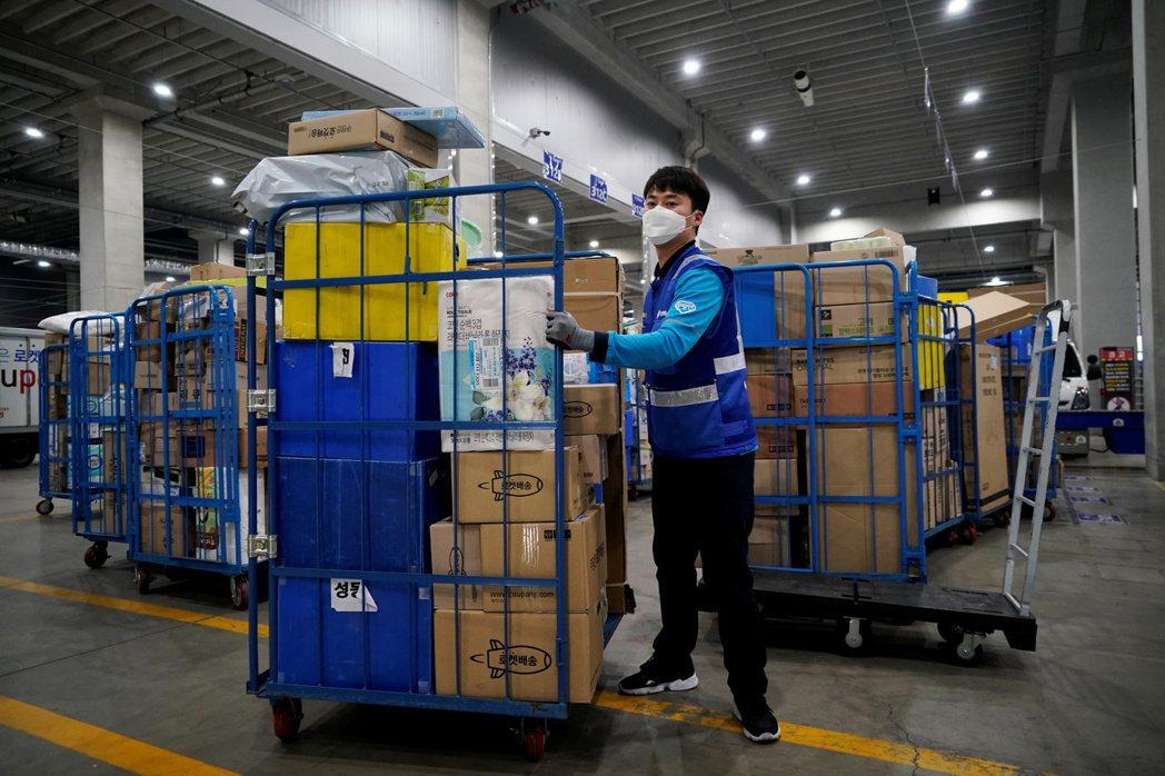 南韓生鮮雜貨電子商務市場因疫情帶動需求,成為大集團爭搶的目標。圖為Coupang...