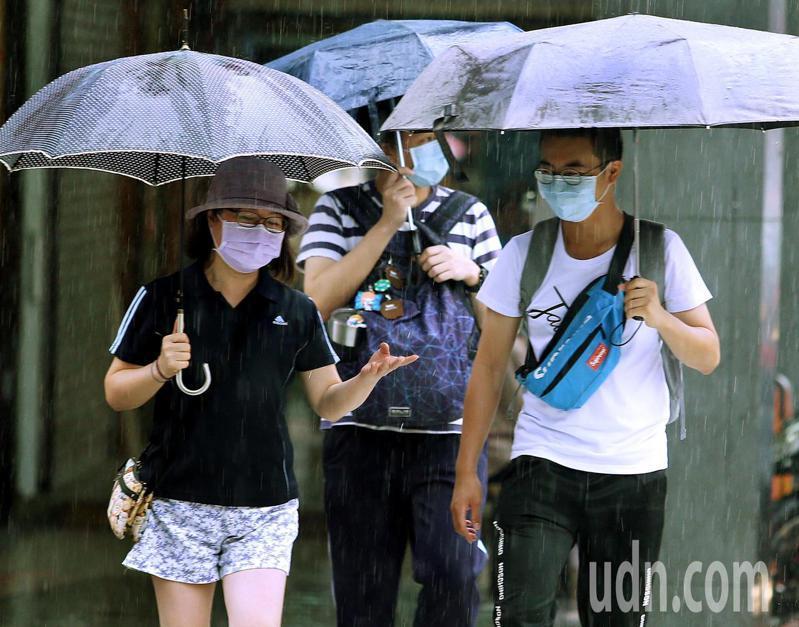 近日受低壓帶及「梅莎」、「海神」雙颱外圍環流影響,全台都有雨勢,提醒民眾出門攜帶雨具。記者侯永全/攝影